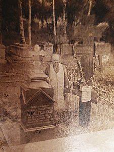 Предположительно, Павел Архангельский у могилы отца, Михаила Архангельского, в Ямкино (фото предоставлено родственниками).