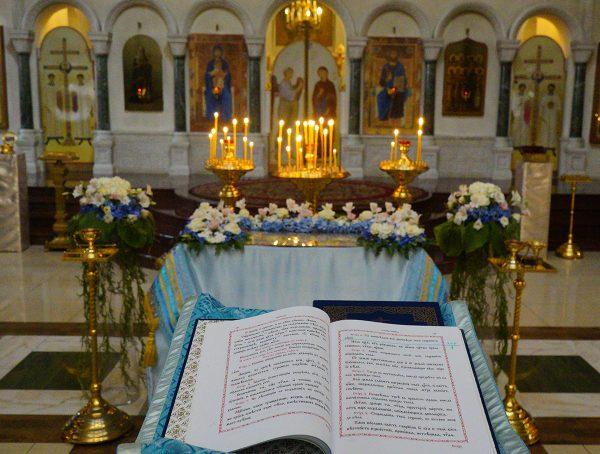 Всенощное бдение с чином Погребения Божией Матери в храме преподобного Василия Исповедника у Рогожской заставы.